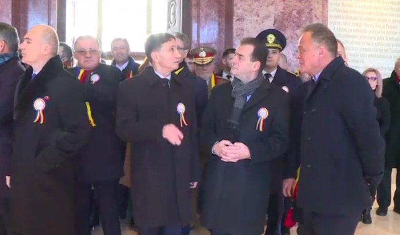 Gest incredibil făcut de premierul Ludovic Orban la ceremonia de 1 Decembrie de la Alba Iulia. Cei din jur au rămas mască