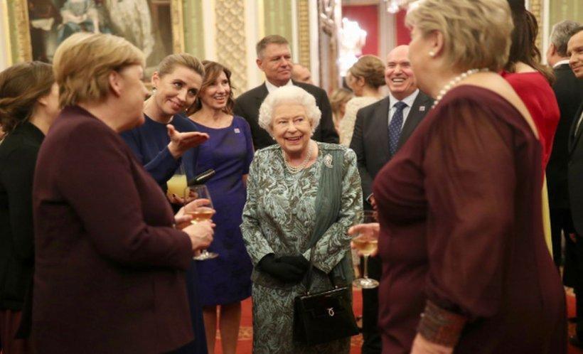 Poza de grup de la recepția oferită de Regina Elisabeta a II-a. Unde e așezat președintele Klaus Iohannis