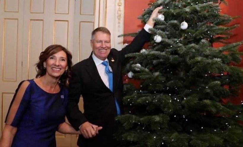 Carmen și Klaus Iohannis s-au pozat cu bradul de Crăciun de la Palatul Buckingham