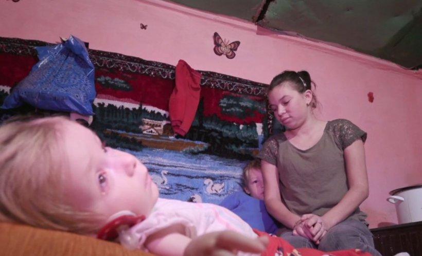 Suferința cu nume de copil. Ana-Maria are tetrapareză spastică. Deși are trei ani, e cât un bebeluș și nu poate vorbi