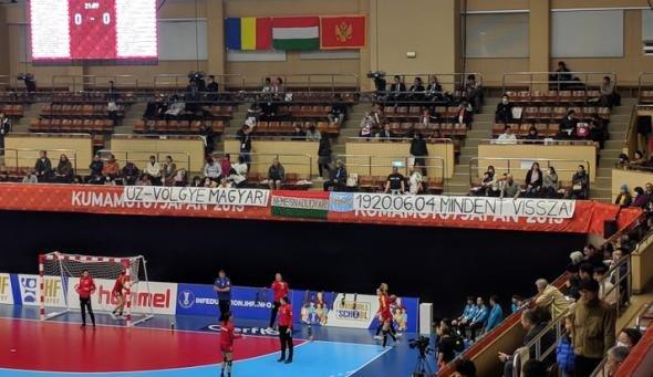 """Suporterii maghiari au afișat un banner controversat la meciul cu România, dar organizatorii l-au dat jos: """"Totul înapoi"""""""