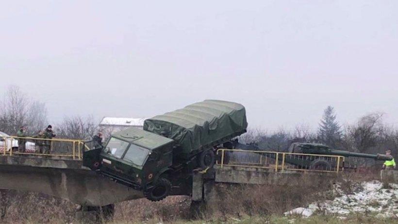 Imagini incredibile în Cluj: Camion militar suspendat pe marginea unui pod