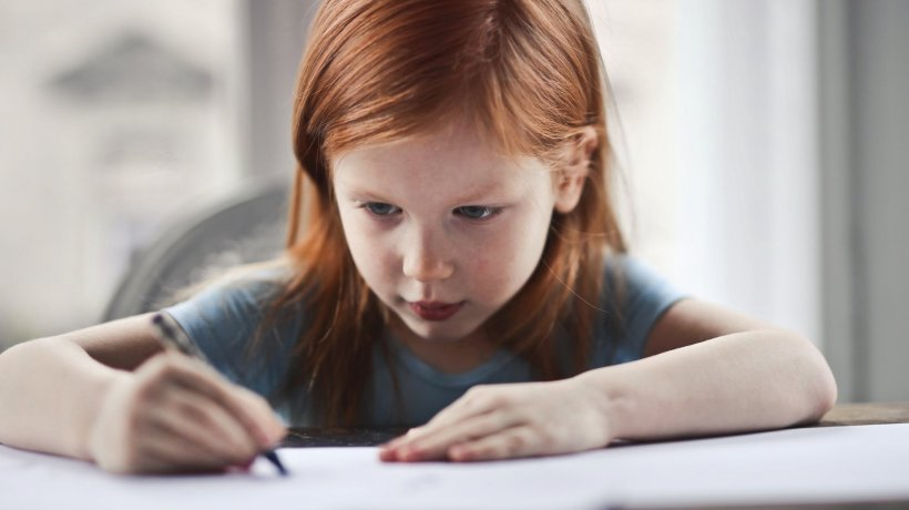 Fetiță de patru ani dată afară de la grădiniţă chiar de ziua ei pe motiv că era prea agitată. Explicația educatoarei