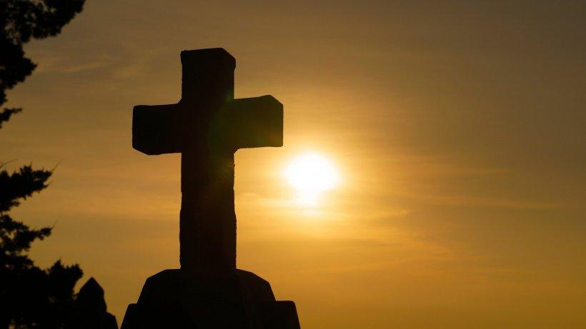 La 15 zile de la înmormântarea a două fetițe, rudele au făcut o descoperire șocantă în timp ce săpau la mormântul lor! Este un adevărat miracol divin!