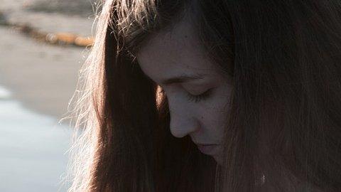 """Chiar dacă are un iubit minunat, o tânără povesteşte: """"Nu îmi pot lua mintea de la fostul prieten care mă.."""" - Doamne ferește de așa ceva!"""