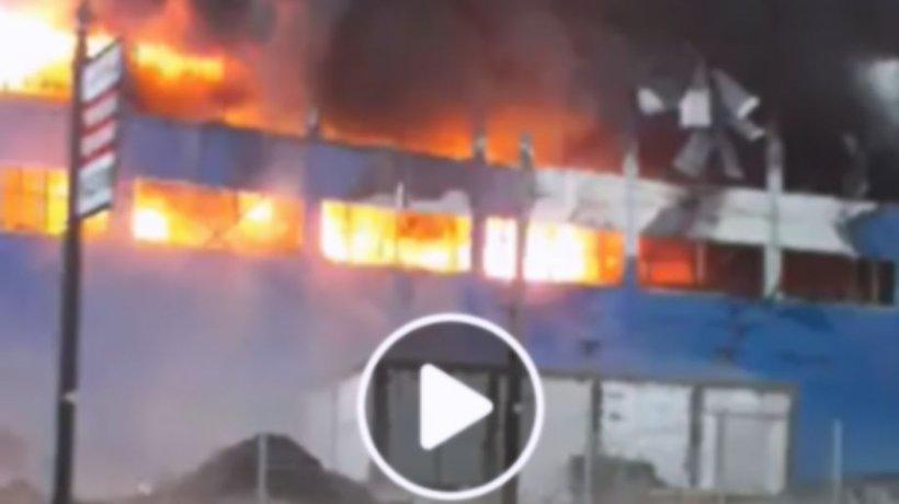 Incendiu de amploare în Câmpia Turzii! Arde o hală industrială de mezeluri - VIDEO