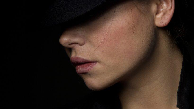 Ioana din comuna ieșeană Gropnița era extrem de urmărită pe rețelele sociale. Într-o zi, fata a trăit cel mai urât coșmar. Bărbatul a intrat peste ea, i-a rupt lenjeria intimă și a violat-o ore întregi. Când și-a dat seama cine e, fata a avut un șoc!