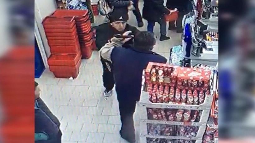 """Oamenii aflați într-un supermarket din Timișoara au rămas blocați, când bărbatul s-a apropiat de casieriță și i-a spus cu glas tare: """"Te omor!"""" Apoi a urmat ceva și mai halucinant. Momentul a fost surprins de camere (VIDEO)"""