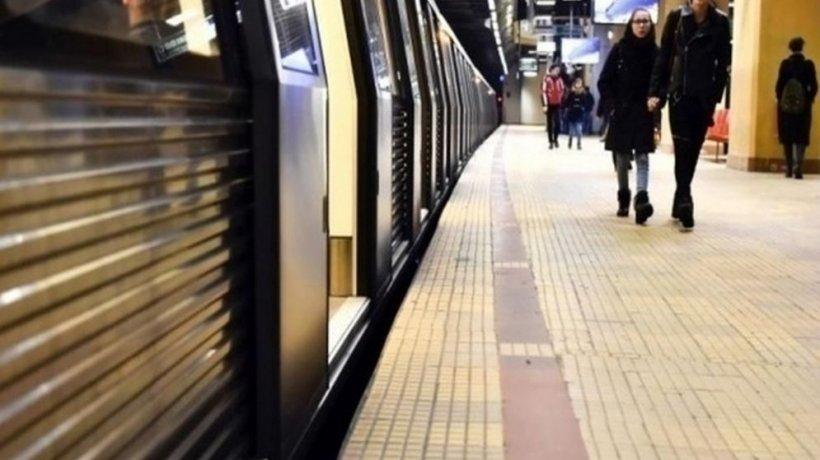Gabriel ajunsese în stația de metrou Piața Victoriei, când a avut parte de o surpriză cu totul neașteptată. A scos imediat telefonul și a înregistrat totul (VIDEO)