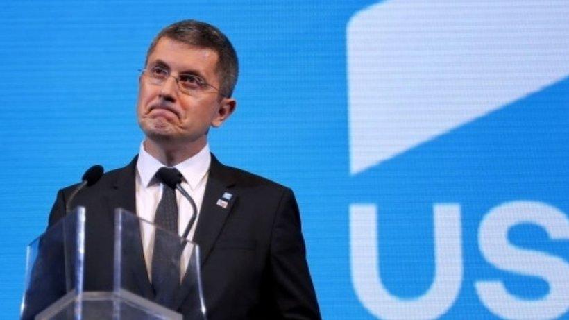 Un nou val de excluderi din USR. Protest la sediul partidului faţă de Barna - surse