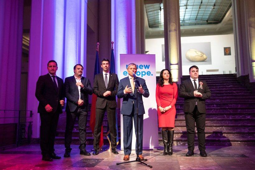 """Liderii USR-PLUS, spectacol la Bruxelles. Dacian Cioloș și Dragoș Pîslaru au dansat pe melodia """"Dragostea din tei"""""""