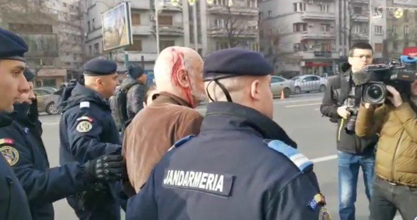 Gelu Voican Voiculescu, bătut în Piața Universității. Cunoscutul revoluționar a ajuns la spital după ce a fost lovit cu o cârjă în cap