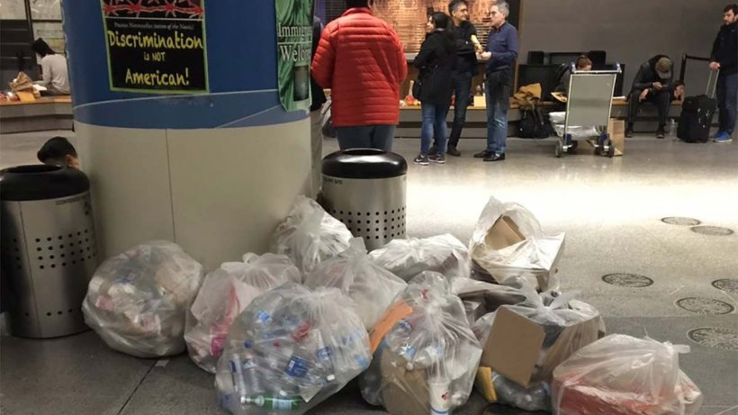 Plângând, un bărbat a aruncat un obiect la gunoi, în aeroport, și apoi a plecat rapid. Doi tineri s-au apropiat de tomberon și au fost șocați. Ce se afla acolo - VIDEO