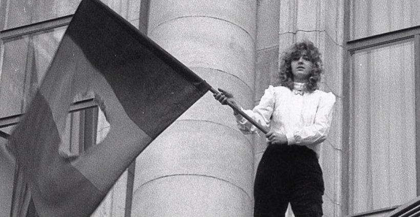 """Cine este """"fata cu steagul"""", simbolul victoriei Revoluției din 1989"""