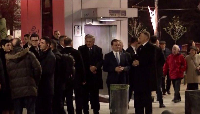 Cum au fost surprinși preşedintele Iohannis şi premierul Orban înainte de începerea marșului de comemorare a victimelor Revoluției