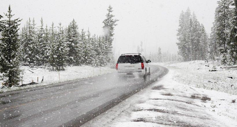 Anunțul de ultimă oră al meteorologilor: 17 județe intră sub cod galben de viscol și zăpadă