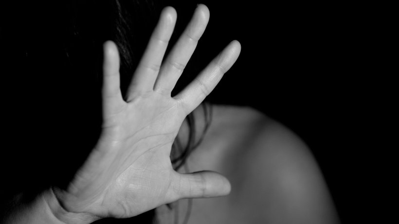 Dramă de neconceput! Femeie din Arad bătută cu pumnii și cu picioarele de doi bărbați. Toți au rămas fără cuvinte când au aflat cine erau
