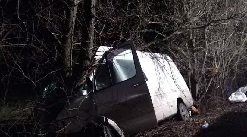 Tragedie înainte de Crăciun. Un microbuz a intrat în copacii de pe un drum din Neamț: sunt doi morți și șapte răniți