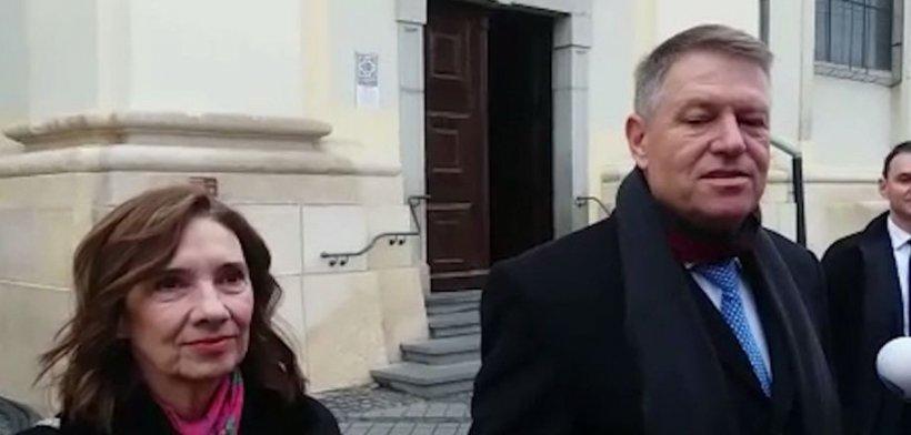 Klaus Iohannis își petrece sărbătorile la Sibiu: Președintele și soția sa au participat la slujbă