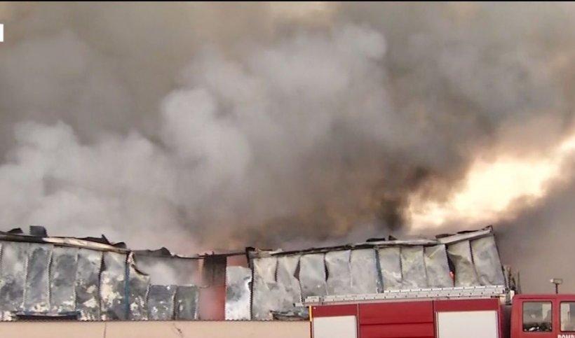 Incendiu de proporții la un depozit, lângă București. 25 de autospeciale se luptă cu focul