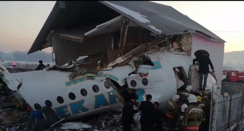 Tragedie aviatică: Un avion cu aproape 100 de pasageri s-a prăbușit în Kazahstan. Cel puțin 14 oameni au murit