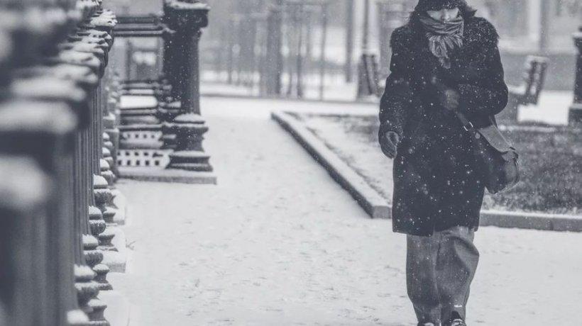 VREMEA. Ninge în București. Este prima ninsoare din acest sezon în Capitală. Anunțul făcut de meteorologi