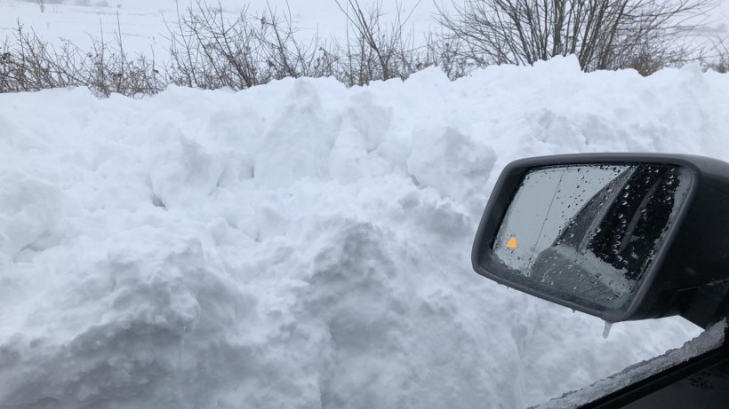 Imaginile zilei în Suceava. Vremea a adus zăpadă până la genunchi și drumuri blocate
