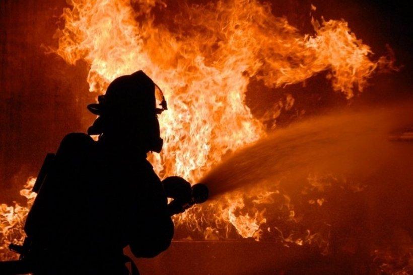 Incendiu macabru în Argeș. Depozitul unei firme de pompe funebre a luat foc