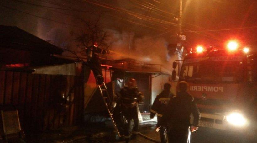Incendiu puternic în București. Flăcările au cuprins șase case, o persoană a fost rănită