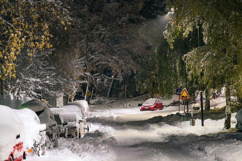 Viscolul și ninsorile au făcut prăpăd în Moldova. Microbuze răsturnate în nămeți, ambulanțe scoase cu utilajele din troiene