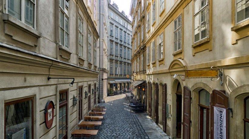 Eden este din Roman și locuiește în Viena de mai bine de 30 de ani. Deși duce un trai decent, preferă să locuiască cu chirie datorită costurilor mult mai mici comparativ cu cele din România. Cât plătește pentru un apartament cu 3 camere