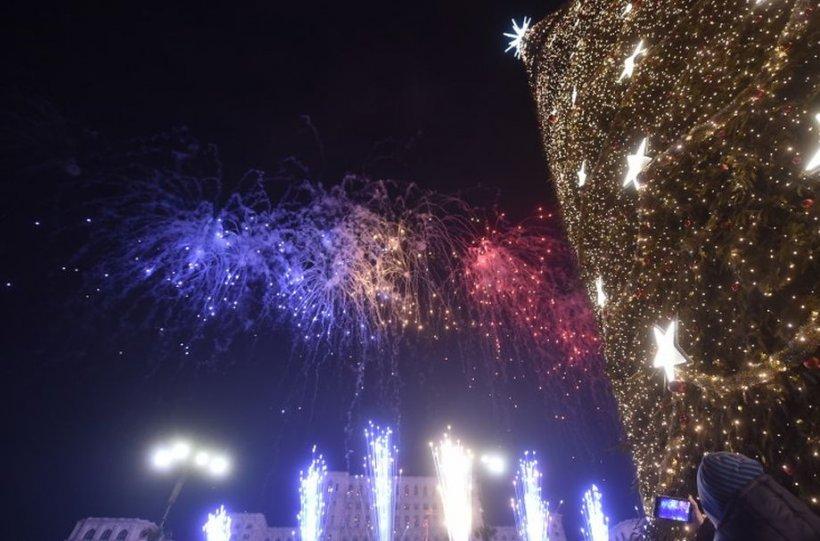 Zeci de mii de oameni la Revelionul din Piaţa Constituţiei. Foc impresionant de artificii