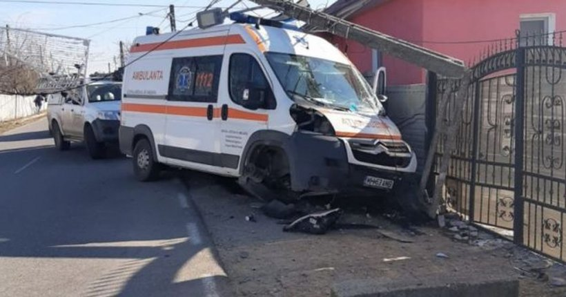 Accident spectaculos cu ambulanţă în misiune - VIDEO