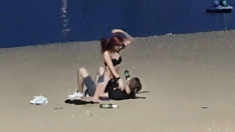 Au fost prinși făcând dragoste pe o plajă din Thailanda. Este incredibil ce au fost puși cei doi amorezi să facă
