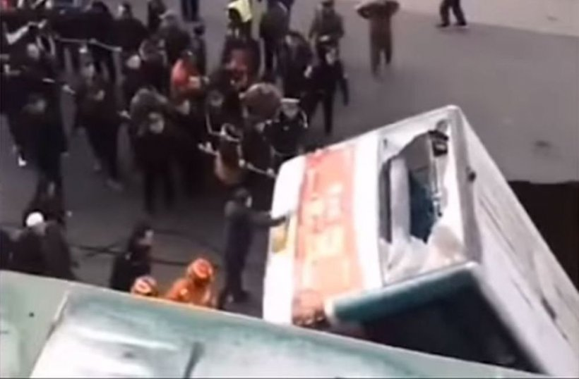 """Autobuz """"înghiţit"""" de un crater, în China. Şase morţi şi 10 răniţi - VIDEO"""
