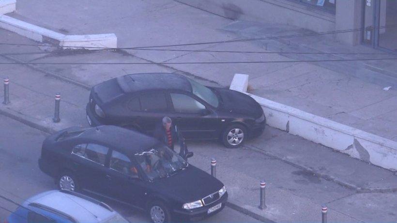 Imagini scandaloase la Constanţa. Cum a fost un surprins un şofer care voia să îşi parcheze maşina pe trotuar - VIDEO