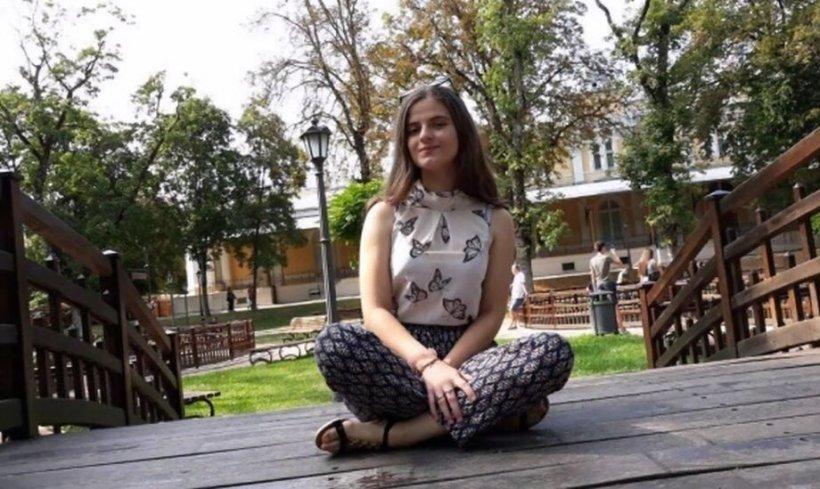 Cum a desenat-o Gheorghe Dincă pe Alexandra Măceșanu. Apare încălțată, gata de plecare