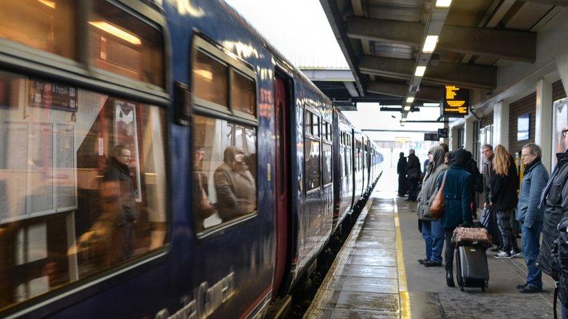 Oamenii aflați în gară au încremenit când au văzut ce a apărut pe ecran. Pentru o clipă toți au tăcut, unii s-au rușinat, alții au izbucnit în hohote de râs