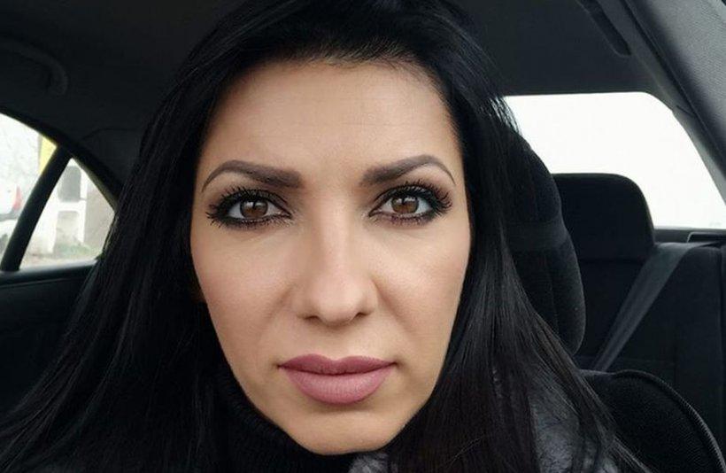 Adriana avea 30 de ani și a fost ucisă cu brutalitate în mașina iubitului ei. Tânăra era mama unei fetiţe de nici doi ani. Criminalul încă nu a fost găsit