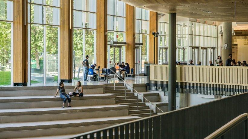 """Intrase într-o sală de curs de la universitate, când a avut parte de o imagine neașteptă. Doi studenți făceau dragoste pe o bancă. """"Vreți să veniți aici? Gândiți-vă din nou"""" (FOTO)"""