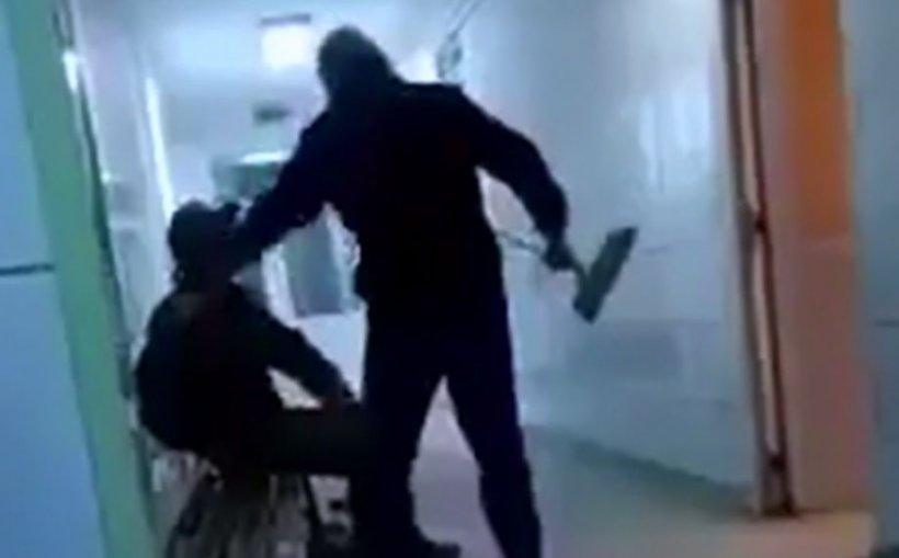 Imagini scandaloase la Spitalul de Urgenţă Reşiţa. Un om al străzii a fost bătut în spital și aruncat în ger