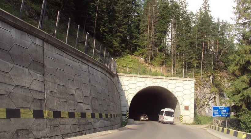 Indicatoarele rutiere în maghiară de la Lacu Roşu şi Gheorgheni au fost acoperite cu vopsea