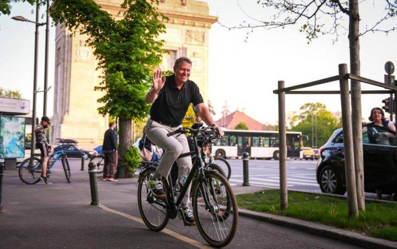 """Klaus Iohannis a primit anul trecut cadouri în valoare de peste 6.500 de euro. Printre daruri, un tricou """"PSD - Toxic pentru democraţie"""""""