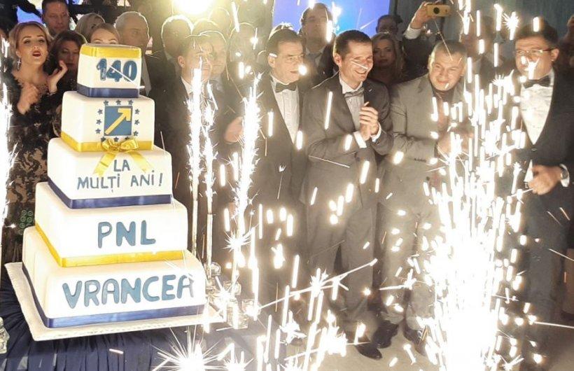 Cum s-au distrat membrii Guvernului, în frunte cu Ludovic Orban, la balul liberalilor din Vrancea - FOTO