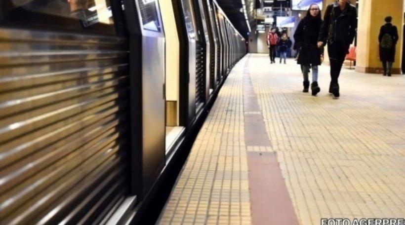 """Se urcase în metroul din București, când a văzut ceva cu totul neașteptat. A scos imediat telefonul și a făcut o poză, pe care a postat-o pe o rețea de socializare. În scurt timp, s-a viralizat. """"E o nebunie!"""" (FOTO)"""