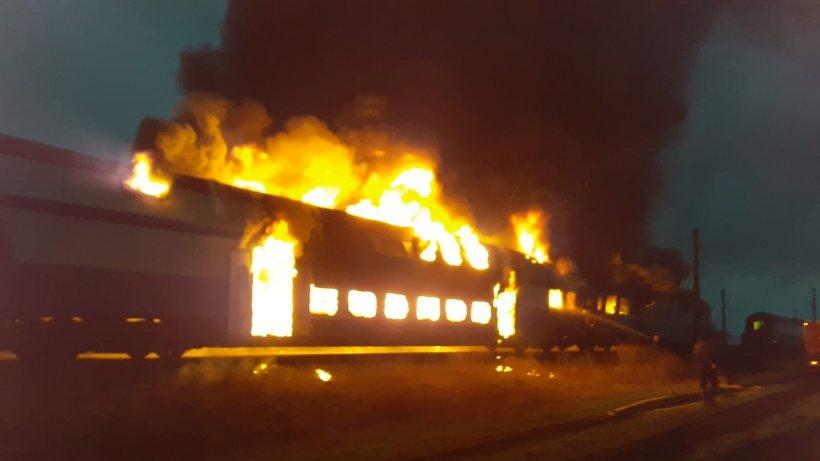 Locomotiva unui tren a luat foc în județul Hunedoara. Zeci de pompieri au intervenit
