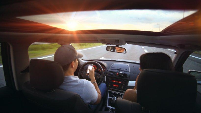 Dacă pasagerul din dreapta face asta, oprește imediat mașina! Pericolul la care se expune este uriaș!