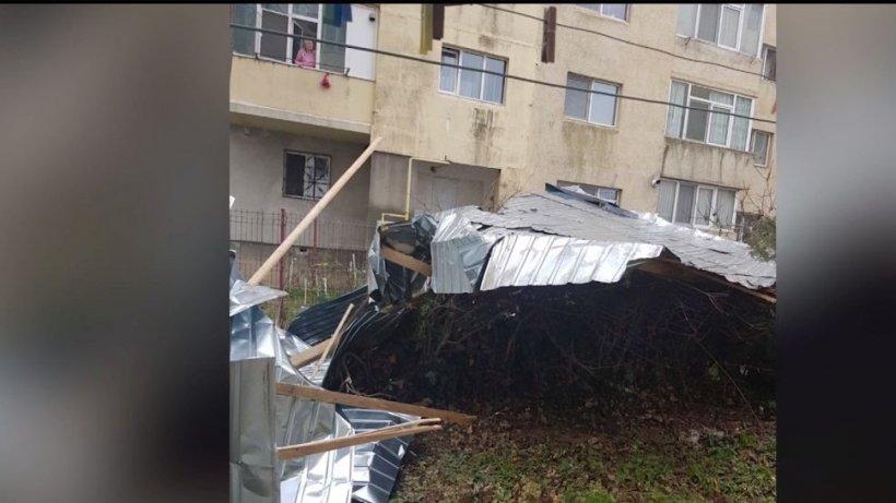 Judeţul Constanţa, sub cod galben de vânt. Acoperişul unui bloc din Mangalia a fost luat pe sus - VIDEO