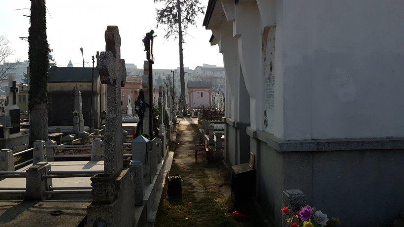 """Un buzoian a mers la cimitir să facă ordine în cavou. Când a descuiat capela mortuară i s-au înmuiat genunchii! """"Era abandonat pe masă!"""""""