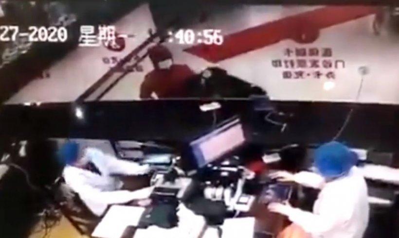 Teama de coronavirusul mortal pune stăpânire pe chinezi! Gestul șocant al unui bolnav furios că este trimis acasă de medicii de la spital!